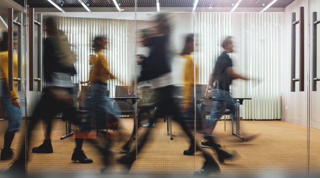biuro karier - kariera zawodowa - ludzie w pośpiechu